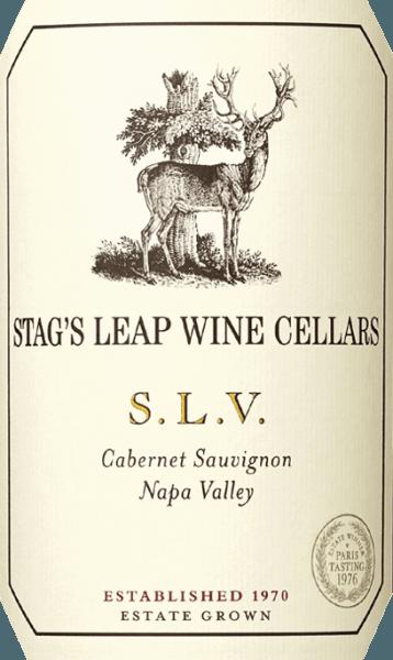 S.L.V. Cabernet Sauvignon fra Stag's Leap Wine Cellars er en fremragende, fremragende rødvin fra den amerikanske vindyrkningsregion Napa Valley. Forkortelsen S.L.V. står for Stag's Leap Vineyards - dette er den første vingård, der blev plantet af denne vingård i 1970. I glasset lyser denne vin i en fyldig lilla rød med en subtil lilla glans. Den flerlagede buket bæres af intense aromaer af modne mørke frugter - især brombær, solbær, blåbær, boysenbær og sorte kirsebær. Dette ledsages af krydret grøntsagsnoter af sort te, kakao og mørk chokolade. Ganen kan forkæles med en frodig, kraftig krop med en kødfuld struktur. Denne amerikanske rødvin er vidunderligt koncentreret og bæres af perfekt strukturerede tanniner. Næsenes aromaer harmonerer perfekt med den behagelige mineralitet. Finalen har en elegant, afbalanceret længde. Vinificering af Stag's Leap Cabernet S.L.V. Cabernet Sauvignon-druerne til denne rødvin kommer fra vingårdens første vingård Stag's Leap Wine Cellars. Bærene plukkes manuelt i september og vælges omhyggeligt i vingården. Druerne gæres først i rustfrit ståltanke i vinkælderen, og mosen gennemgår fuldstændig malolaktisk gæring. Efter gæringsprocessen er afsluttet, lagres denne vin i små franske egetønder i alt 22 måneder. Af de anvendte trætønder er 95% nyt træ, og de resterende 5% er fra første brug. Fødevareanbefaling til Cabernet Sauvignon Stag's Leap Wine Cellars S.L.V. Denne tørre rødvin fra USA er et glimrende tilbehør til ømt svinekam i en sennep-parmesanskorpe, oksefilet med frisk urtesmør på kartoffelmos og selleri eller med krydret risottovariationer. Vi anbefaler, at du dekanterer denne vin i mindst 2 timer, før du nyder den. Priser for S.L.V. Cabernet Stag's Leap Wine Cellars Robert M. Parker - The Wine Advocate: 93-95 point for 2014