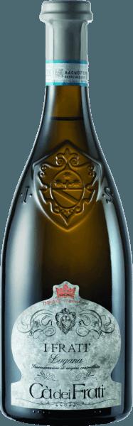 I Frati Lugana af Cà dei Frati er stolthed af vingården og er vinificeret fra den lokale druesortTurbiana (Trebbiano ). I glasset skinner denne vin i et klart strågul med gyldne højdepunkter. Buketten er vidunderligt mangesidet - i en ung alder er næsen forkælet med fine noter af hvide blomster, saftige abrikoser og mandler. Når denne italienske hvidvin får tid, tilsættes mineralske og krydrede nuancer og karamelliserede aromaer. På ganen er denne vin vidunderligt fyldig med en vital og sprudlende syre. Den krydrede essens er perfekt integreret i den lige, mineralske og elegante krop. Denne hvide vin imponerer med sin finesse, komplekse personlighed og udtryksfulde variation af aromaer. Vinfremstilling af Cà dei FratiLugana Efter at druerne er blevet omhyggeligt høstet, bliver de straks taget til Cà dei Frati vingård. Mosten gæres i en rustfri ståltank og efterlades på den fine gær i mindst 6 måneder (sur Lie lagring). Endelig modnes denne vin i yderligere 2 måneder på flasken. Fødevareanbefaling for LuganaCà dei Frati Nyd denne tørre hvidvin fra Italien med lunkne forretter eller med grillet fisk med persillekartofler . Priser for I Frati Lugana Falstaff: 92 point for 2017 Mundus Vini: Italiens bedste hvidvin for 2017 Vinum: 17/20 point for 2017 Vinentusiast: 91 point for 2015