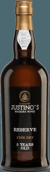 Reserve Fine Dry 5 Years Old af Vinhos Justino Henriques er lavet af druesorterne Complexa og Negra Mole. En lys gyldenbrun med glitrende højdepunkter skinner i glasset på denne Madeira. Den typiske buket afslører noter af tørrede frugter. Ganen har en behagelig, let og afbalanceret personlighed. Aromaer af tørret frugt afspejles også her. Finalen har en medium længde og varme. Vinificering af Vinhos Justino Henriques Reserve Fine Dry 5 Years Old Druerne fra 20-25 år gamle vinstokke plukkes omhyggeligt i hånden. I vingården på den lille ø Madeira gæres druerne i temperaturstyrede tanke i rustfrit stål. Derefter finder man ældningen sted i brugte træfade i flere år. Kun vine, der har været lagret på egetræsfade i mindst 5 år, giftes. Fødevareanbefaling til Justino Henriques Reserve Fine Dry 5 Years Old Denne Madeira er den perfekte aperitif - hvad enten det er til hyggelige aftener eller til fester. Denne vin er en sand fornøjelse, når den er lidt kølet.