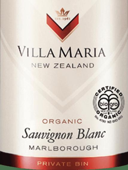Den private Bin Sauvignon Blanc fra Villa Maria fra vinmarken Marlborough i New Zealand er en frugtagtig, livlig hvidvin. I glasset er denne organiske hvidvin en lys strågul med grønlige refleksioner. Denne New Zealand Sauvignon Blanc er kendetegnet ved en duftende, aromatisk, enormt kompleks og eksplosiv buket friske citrusfrugter, honningdugmeloner, saftige stikkelsbær og eksotiske passionsfrugtnoter afrundet af let græsklædte urtetoner. Forførende saftig og aromatisk i smagen, typisk for druesorten, denne hvidvin viser en smuk klassisk, frugtagtig syre og en særlig frisk og livlig finish. Vinificering af Sauvignon Blanc Villa Maria Private Bin Druerne til denne vin kommer fra forskellige vinmarker i Wairau- og Awatere-dale i Marlborough-regionen med en bred vifte af forskellige mikroklimatiske forhold. For at få mest muligt ud af årstiderne og sikre en kraftig, ren duft er der lagt stor vægt på vinrankernes og druernes sundhed. Inden for 3 uger bringes druerne med forskellige modningsgrader ind og bringes straks til vinkælderen. Der formales druerne forsigtigt, presses derefter og placeres derefter på et køligt sted i 24 timer. Dette efterfølges af gæring i tanke i rustfrit stål ved en temperatur på 12 til 14 grader Celsius. Umiddelbart efter gæringsprocessen er afsluttet, aftappes denne vin. Fødevareanbefaling til Villa Maria Private Bin Sauvignon Blanc Nyd denne tørre hvidvin fra New Zealand ideelt som aperitif med en sprød salat med frisk eller bagt gedeost, grillede grøntsager, skaldyr og lette fiskeretter samt hvidt kød.