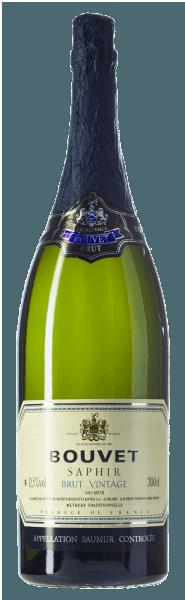 Bouvet Saphir Saumur Brut Vintage af Bouvet Ladubay skinner lysegul med sarte grønne refleksioner i glasset. Perlen er meget fin. På næsen viser Bouvet Saphir en masse hvidkødet fersken, citrus nuancer og subtile antydninger af lindeblomst I ganen efterfølges denne franske mousserende vin af en frisk, frugtagtig smag, hvor grøn æble og hvid fersken er indlejret. Denne vintage crémant i en klasse for sig selv afslører en fyldig krop med en fremragende struktureret syre. Særligt velegnet som aperitif eller i slutningen af en menu. Bouvet Saphir er en brutal crémant, der aldrig er ubelejlig. Elegant og lækker - til alle de smukke øjeblikke i livet. Vinificering af Bouvet Saphir Crémant Jeroboam Som enhver god Crémant produceres safir også i klassisk flaskefermentering. Cuvée Chardonnay og Chenin Blanc modnes efter flaskefermentering i et par måneder i de rummelige kældre i Bouvet Ladubay, indtil flasken endelig er forkælet og Saphir Brut kommer på markedet. Fødevareanbefaling til Jeroboam Bouvet Saphir Brut Nyd Bouvet Saphir Brut med fiskeretter, østers, grillet rejer samt med pocheret fjerkræ og andre hvide kødretter.