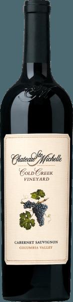 Cold Creek Cabernet Sauvignon fra Chateau Ste. Michelle er en vidunderlig rødvin med en sort fra Vinregion Columbia Valley i staten Washington. En dyb, meget tæt lilla rød med violette højdepunkter præsenterer sig i glasset af denne vin. Den komplekse, frugtagtige buket er kendetegnet ved fine aromaer af modne brombær, solbær, cassis og sorte kirsebær. Derudover er der meget krydderier - også mineralsk nuancer - subtile trænoter og lidt lakrids. Med sin saftige, bløde og alligevel kraftige krop ved denne amerikanske rødvin at overbevise ganen. Den fremragende struktur understøttes af mærkbare, let modne tanniner. Den nuværende mørke frugt ledsager den lange eftersmag med fin frugtsødme. Vinificering af Ste. Michelle Cabernet Sauvignon Cold Creek Druerne til denne rødvin stammer fra 35 år gamle vinstokke, der trives på Cold Creek Vineyard. Når de er optimalt modne, plukkes bærene og bringes straks til vingården. Der destrueres druerne først fuldstændigt og gæres derefter. Mosen pumpes dagligt rundt i rustfri tanke. Efter gæringsprocessen er afsluttet, ældes 82% af denne vin i tønder fremstillet af amerikansk (en tredjedel) og fransk eg (to tredjedele). De resterende 18% hviler i rustfri ståltanke. Fødevareanbefaling til Cold Creek Cabernet Ste Michelle Nyd denne tørre rødvin fra USA med braiseret lammekød i urtebelægning, asiatisk svinekød, pastaretter i stærke saucer eller med krydrede oste. Vi anbefaler, at denne vin dekanteres i mindst en time, før du nyder den. Præmier for Cabernet Sauvignon Cold Creek Ste. Michelle Robert M. Parker - The Wine Advocate: 92 point for 2013