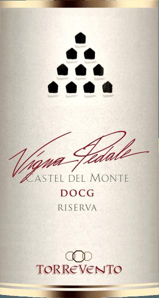 """Castel del Monte - Frederik II's ottekantede jagtslot ligger i den nordligste del af Murgia og er en verdensarvslokalitet, som er meget kendt i Italien. Denne ikoniske struktur pryder bagsiden af 1-cent-mønten, tjente som model for baggrunden for bibliotekstårnet i hitfilmen """"The Name of the Rose"""" og optræder også i logoet for Torrevento-vinhuset.  Druerne til Vigna Pedale kommer fra vinstokke, der er mere end 30 år gamle og trives på de fattige, stenede jorde i Murgia-regionen - en hel del af dem er endda inden for synsvidde af Castel del Monte. Vinstokkene, der dyrkes i """"Alberello""""-buskform, tillader kun få druer. Puglia er et af de vigtigste områder for sorten Uva di Troia. Oprindeligt stammer denne vinsort fra Grækenland og er blevet plantet her i over 3.000 år. Denne druesort, også kendt som Nero di Troia, anvendes til sorten Vigna Pedale.  Vigtigere end Castel del Monte, som kan ses på lang afstand, er dog klosteret, der blev bygget i det 15. århundrede til Torrevento-vinhuset. Den blev købt af Francesco Liantonio i 1948. Siden da er de underjordiske kælderhvælvinger blevet brugt til vinproduktion.   Vigna Pedale Castel del Monte Riserva DOCG fra Torrevento er en rigtig medaljejebærer. Denne single-varietal Nero di Troia fra Apulien kommer i glasset med en dyb, rubinrød farve. På kanten bliver denne topvin til en delikat granatrød vin. Den første næse af Vigna Pedale fra Torrevento lover vidunderlige krydderier af peber, skovbund, svampe, underskov og alle former for sorte bærfrugter. Timian og mineralske nuancer fra den kalkstensrige lerjord afrunder Vigna Pedale's bouquet perfekt. I munden starter Torreventos flagskib vidunderligt kødfuldt og grebigt. En koncentreret vin med betydelig længde og grippy, karakteristiske tanniner, der rundes behageligt af med luft uden at miste deres profil. Igen en fin balance mellem frugt og krydderi i den overraskende lange finish. Vinfremstilling afTorreventoVigna Pedale Castel del Monte Riserva Druerne kommer fra det DOCG-"""