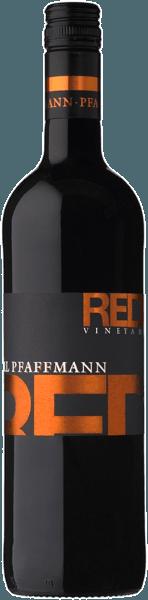 The Red Vineyard af Markus Pfaffmann viser sig i en dyb, mørk lilla-rød. Frugtige blomme- og brombæraromaer dominerer næsen efterfulgt af mokka- og chokoladetoner samt en delikat krydret trænuance. På ganen glæder denne rødvin sig med sin behagelige tanninstruktur, dens volumen og sin saftighed. Finalen i denne cuvée minder om kirsebær og chokolade med et strejf af krydderi. Vinificering af Markus Pfaffman Red For at imødekomme de forskellige krav fra de enkelte druesorter blev disse dyrket i forskellige vinmarker og vinificeret separat. Mens Merlot foretrækker dybe jordarter med en tilstrækkelig god vandforsyning, har Frühburgunder brug for sandet loess ler med indflydelse af kalk. Når alt kommer til alt er det nødvendigt med frugtbar jord til de mørke marker. Efter høsten destrueres og knuses druerne i en mølle, hvorfra mosen er fremstillet. Dette overlades nu til sine egne anordninger i en bestemt periode, før den gæres i ståltanken. Makerationstiden og bevægelsen af mos varierer afhængigt af sorten. Vinen fjernes til sidst fra mosten og modnes dels i rustfrit stål og dels i små eller store træfade. Dette skaber et harmonisk samspil mellem frugt og træ. Fødevareanbefaling til den røde vingård af Markus Pfaffmann Nyd denne tørre rødvin med intensive kød- og ostretter.