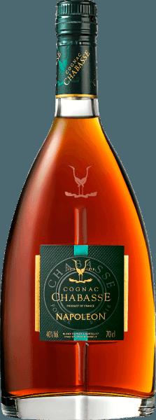 Cognac Napoleon af Cognac Chabasse er en harmonisk, kraftig brandy lavet af druesorterne Ugni Blanc (80%), Colombard (15%) og Folle Blanche (5%). I glasset skinner denne cognac i en varm rav med orange-røde højdepunkter. Den varme buket er kendetegnet ved den lange modning i træfade. Aromaer af saftige abrikoser afsløres sammen med sarte portnoter (modne sorte frugter), søde krydderier - især vanille) samt nuancer af egetræ. Med en udtryksfuld personlighed fænger denne franske brandy dygtigt ganen. Næseens elegante aromaer reflekteres og er omgivet af en nuværende, blid krop. Samtidig har denne cognac en kraftig fylde, der ledsager den lange, aromatiske eftersmag. Vinificering af Chabasse Cognac Napoleon Druerne til denne cognac høstes meget tidligt og gæres til en stærkt sur hvidvin. Syren beskytter mod oxidation, fordi cognac ikke svovlholdes. Denne basisvin destilleres nu to gange i et kobber, der stadig bruger den traditionelle Charentais-destillationsproces. Træ tønder lavet af Limousin eg er valgt til modning. Denne cognac modnes i den i 12 år. Serveringsanbefaling til Napoleon Cognac Chabasse Efter udvalgte menuer er denne konjak fra Frankrig en vidunderlig fordøjelse. Men denne cognac er også et godt valg med mokka eller en valgt cigar.