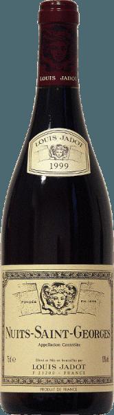 Farven på denne 100% Pinot Noir fra Jadot er dyb rubinrød. Aromaer af røde frugter og krydderitoner samt antydninger af skål og kakao omgiver næsen på Nuits Saint Georges AOC af Louis Jadot . Den kraftfulde smag er baseret på komplekse aromaer og en god struktur. Den harmoniske finish skinner med runde tanniner, som giver vinen sin solide korpulens. Et vidunderligt tilbehør til rødt kød med rødvinssauce - grillet eller ristet, syltet vildt og stegt eller til mellemstærke oste.