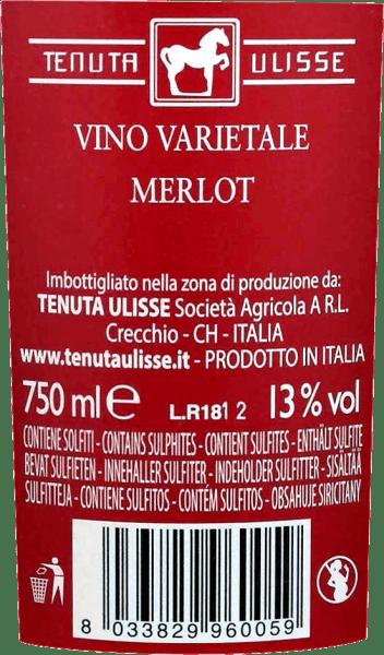 """Den Merlot Rosato af Tenuta Ulisse er rosé bestseller af top vine i Abruzzo. Den kommer i glasset med stærk hindbærrød og inspirerer ikke kun rosé-vennen, men enhver vinelsker, der kan lide stærke og udtryksfulde vine. Først og fremmest trænger frugtagtige noter af modne hindbær, tranebær, jordbær og kirsebær ind i duften. Frugten er suppleret med blomsternoter, fine urtekrydder og lette citrunnuancer af pink grapefrugt, kumquat og bergamot. Blomster noter af hibiskus og busk steg fuldføre buketten strålende. På ganen starter Ulisse Merlot Rosato med et animerende, frugtagtigt forspil. Dejligt grebet, saftig og med vital syre, og denne italienske rosé glider over tungen. En fest for sanserne. Det er derfor ikke underligt, at kritikerlegenden Luca Maroni lavede denne vin fra Ulisse til en del af sin højeste bedømmelse for anden gang. Vinfremstilling af Merlot Rosato af Tenuta Ulisse Denne blonderøde bil blev vinificeret fra 100% Merlot druer dyrket omkring Crecchio i Abruzzo-provinsen Chieti. Vinstokkene her er rodfæstede i sandjord og har været i stand til at grave deres rødder dybt ned i undergrunden i 10-20 år. Den sandede jord tillader ikke vinstokkene for meget vand, hvilket styrker røddernes dybde og udstrækning og får druerne til at vokse særligt intensivt, fordi de ikke er så fortyndede. Efter håndplukningen kommer druerne straks ned i kælderen, moses og koldmacereres i 12 timer. Efter presning af mosten finder gæringen sted, efterfulgt af en modningsperiode på tre måneder i tanken af rustfrit stål. Madanbefaling til Ulisse Merlot Rosato Nyd denne fremragende rosévin fra Abruzzo med grillet fisk, lette fjerkræretter og skaldyr. Priser for Ulisse Merlot Rosato Luca Maroni: 99 point for 2018 -""""En af de bedste rosé nogensinde"""" Luca Maroni: 99 point for 2017"""