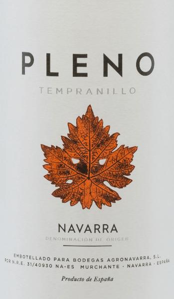 Pleno Tempranillo Tinto fra Bodegas Agronavarra fremstår i en vidunderlig, strålende, mørk kirsebærrød. Ud over frugtaromaerne af jordbær og hindbær, der er karakteristiske for druesorten Tempranillo, minder den om duft af surkirsebær og krydderier. På ganen er denne spanske rødvin rund og glat og er præget af en stærk krop og smuk volumen. Pleno Tinto har en lang finish, som allerede er enestående for en vin i denne prisklasse. Vinificering af Pleno Tempranillo Efter høsten presses og gæres druerne fra Agronavarra-vingården i temperaturstyrede rustfri ståltanke. Når gæringen er afsluttet, hviler denne rødvin fra Navarra i tanke i rustfrit stål og afrunder der, før den kommer til os i Tyskland klar til at drikke. Fødevareanbefaling til Tempranillo Pleno fra Agronavarra Vi anbefaler denne behagelige rødvin med rustikke og solide kødretter og mørkt fjerkræ. Det er også en ideel ledsager til at grille retter om sommeren.