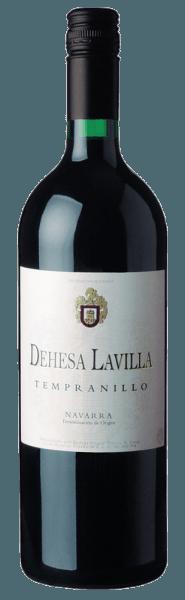 Bodegas Alconde Dehesa Lavilla Tempranillo Navarra 2017 er en førsteklasses rødvin i vinglaset. Her giver den en vidunderlig lysende, rubinrød farve. Denne spanske vin med en oprindelse viser vidunderligt udtryksfulde noter af morello kirsebær, blommer, blåbær og solbær i glasset. Der er også antydninger af kakaobønner, orientalske krydderier og kanel. Denne spanske vin glæder sig over sin elegant tørre smag. Den blev sat på flasken med kun 1,2 gram resterende sukker. Dette er en ægte kvalitetsvin, der tydeligt skiller sig ud fra enklere kvaliteter, og derfor glæder denne spanier sig med den fineste balance på trods af al tørhed. Fremragende smag behøver ikke nødvendigvis sukker. På ganen er strukturen af denne afbalancerede rødvin perfekt afbalanceret. Takket være den afbalancerede frugtsyre, smigrer den med en behagelig mundfølelse uden at ofre saftig livlighed. Finalen af denne rødvin fra vinregionen Aragon, mere præcist fra Navarra, imponerer endelig med en god finish. Vinificering af Bodegas Alconde Dehesa Lavilla Tempranillo Navarra 2017 Denne afbalancerede rødvin fra Spanien vinfremmes af druesorten Tempranillo. Efter druehøsten når druerne hurtigt pressehuset. Her vælges de og slibes omhyggeligt. Fermentering finder derefter sted i tanke i rustfrit stål ved kontrollerede temperaturer. Efter afslutningen kan Dehesa Lavilla Tempranillo Navarra 2017 fortsætte med at harmonisere på den fine boreevne i et par måneder .. Fødevareanbefaling til Bodegas Alconde Dehesa Lavilla Tempranillo Navarra 2017 Oplev denne rødvin fra Spanien ideelt ved en temperatur på 15 - 18 ° C som en ledsagende vin til torsk med agurk og sennepsgrøntsager, vegetabilsk couscous med oksekødboller eller græskargryde.