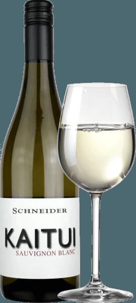 """Kaitui Sauvignon Blanc fra Markus Schneider er Tysklands svar på New Zealands hvidvinsucces. At Markus Schneider er fortrolig med klassikere fra den anden ende af verden - som Cloudy Bay & amp; Co. - ønsker at måle, viser navnet. Kaitui betyder """"skræddersyet"""" på maori-sproget (husk, erhvervet, ikke efternavnet). Kaitui Sauvignon Blanc med en delikat platinegul farve og grønlige refleksioner kommer ind i glasset. Den første næse minder straks om klassiske aromaer i New Zealand eller koldt klima. Frisk klippet græs, buksbom, citrongræs, kaffiralkblade, kiwi og sprøde Granny Smith-æbler kommer til at tænke på. Mineralnoter og antydninger af hvide blomster supplerer. På ganen starter Schneider Kaitui usædvanligt kraftig, saftig og velsmagende. Minerale nuancer, smeltning og en lang, eksotisk frugtagtig finish gør denne vin til en utrolig oplevelse. Vinificering af Kaitui Sauvignon Blanc Markus Schneider får druerne til sin Kaitui fra særligt høje tomter, hvor vinstokke er rodfæstet i kalkstenjord. Efter mashen efterlades mosen i 4 til 10 timer, hvorefter vinen presses forsigtigt og gæres på en temperaturkontrolleret måde. Fødevareanbefaling til Kaitui Sauvignon Blanc af Markus Schneider Nyd denne hvidvin fra Pfalz med asiatiske retter såsom thailandske fiskekarry, vietnamesiske sommerruller eller stegt kylling med farverige grøntsager."""