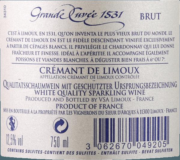 """Den flere prisbelønnede Crémant Grande Cuvée 1531 fra Sieur d'Arques betragtes som en af de bedste mousserende vine i det sydlige Frankrig og blev opkaldt efter året, hvor flaskefermentering blev opfundet eller opdaget i Frankrig. Denne Crémant de Limoux vises i et strålende hvidguld i glasset. En fin perlage transporterer aromaer af grønt æble, pære og honning samt blomsteragtige noter af hvide blomster. På ganen viser finessen af denne mousserende vin i en fin, tilbageholdt syrestruktur og en fremragende mousseux. Også her udfolder dets friskhed sig sammen med aromaer af honning og grønt æble og en elegant mineralitet. Den klassiske livlige karakter kan ses igen i en medium efterklang. Vinificering af Aimery Grande Cuvée 1531 Crémant Det prisbelønnede Crémant fra vinkooperativet Sieur d'Arques hylder en vigtig historisk begivenhed. Den første officielle omtale af en mousserende vin fra Frankrig dateres tilbage til 1531. Det var dengang, at munke fra St. Hilaire Abbey opdagede flaskefermentering ved at efterlade halvfermenteret druemost i forseglede flasker. Dette fortsatte med at gære. Da kuldioxid ikke kunne slippe ud, opløste det sig i vinen og gjorde det snoet. Vinmarkerne i Sieur d'Arques ligger i Langedoc og består af fire forskellige terræer: Autan, Méditerranéen, Océanique og Haute-Vallée udgør det vinodlingsgrundlag for Crémant de Limoux. Afhængig af krav og vejrforhold kan de interne ønologer få adgang til udbyttet af de forskellige klimatiske terræer. Crémant 1531 Grande Cuvée består af druesorterne Chardonnay, Chenin Blanc og Pinot Noir. Disse høstes tidligere end druerne fra de stille vine, så en stabil syrestruktur kan garanteres. Basisvinene gæres derefter en anden gang ved hjælp af den """"traditionelle metode"""" - det vil sige i klassisk flaskefermentering. Grande Cuvée 1531 efterlades derefter på gæren i 12 måneder. Fødevareanbefaling til Aimery Grande Cuvée 1531 Grande Cuvée 1531 er en fremragende aperitif. Det passer også godt til hors d'oeuvres elle"""