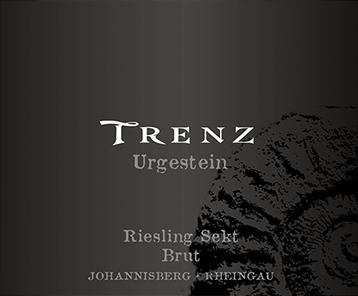 Den letbenede veteran Riesling Sekt brut fra Trenz skinner lysegult i glasset. Næsen på denne mousserende vin Trenz viser alle slags blommer, Nashi-pærer, morello-kirsebær, blommer og pærer. Denne sprøde mousserende vin præsenterer sig letbenet og kompleks i ganen. Takket være sin karakteristiske frugtsyre er veteranen Riesling Sekt brut usædvanlig frisk og livlig i ganen. I slutningen glæder denne mousserende vin fra Rheingaus vinregion i sidste ende med sin smukke længde. Endnu en gang er der antydninger af æble og nashi-pære. I efterklangen slutter mineraltoner fra jorden domineret af ler og grus. Vinificering af Trenz Urgestein Riesling Sekt brut Grundlaget for den elegante originale Riesling Sekt brut fra Rheingau er druer fra Riesling druesort. Druerne vokser under optimale forhold i Rheingau. Vinstokke her graver deres rødder dybt ned i jorden af ler, sand og grus. Efter håndplukning når druerne hurtigt pressehuset. Her er du udvalgt og opdelt omhyggeligt. Fermentering følger i rustfri ståltanke ved kontrollerede temperaturer. Efter afslutningen af gæringen kan veteranen Riesling Sekt brut fortsætte med at harmonisere på den fine gær i 16 måneder .. Fødevareanbefaling til veteranen Riesling Sekt brut fra Trenz Denne tyske vin bør bedst nydes godt kølet ved 8-10 ° C. Det passer perfekt som en ledsagende vin med æggekage med laks og fennikel, græskar gryderet eller purre suppe.